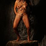 Corinne R fotomodella nuda in una posa bondage