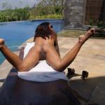 Corinne R modella nudo in una posa di nudo all'aperto
